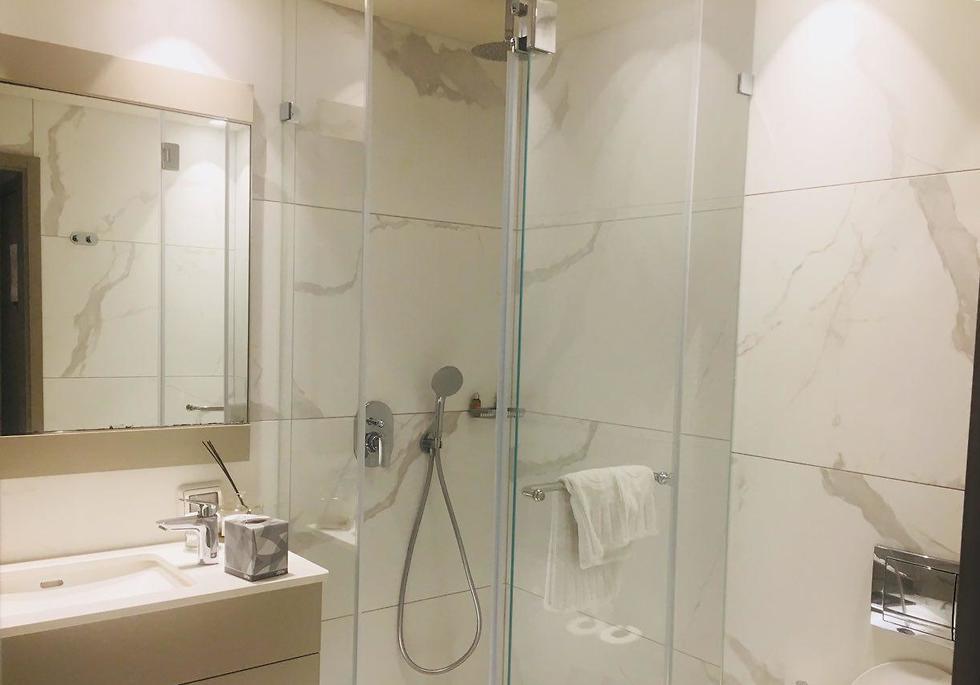 חדר המקלחת והשירותים בחדר (צילום: שירי הדר)