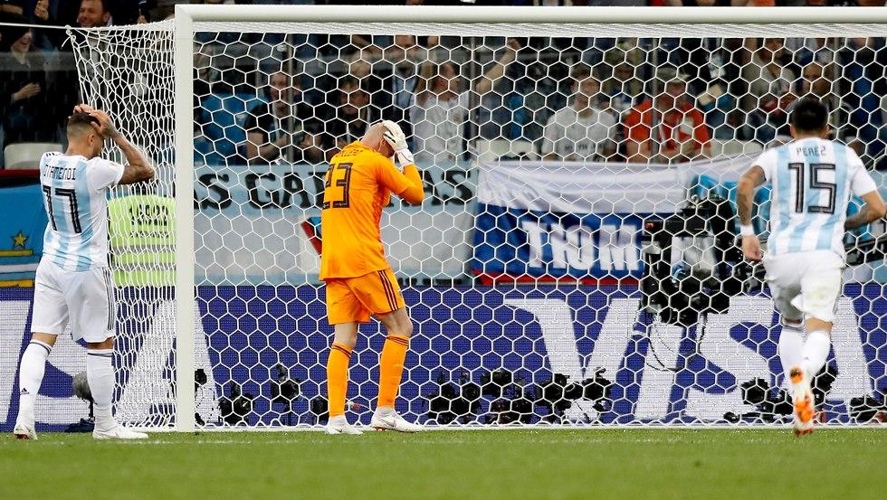 שחקני ארגנטינה תופסים את הראש (צילום: AP)