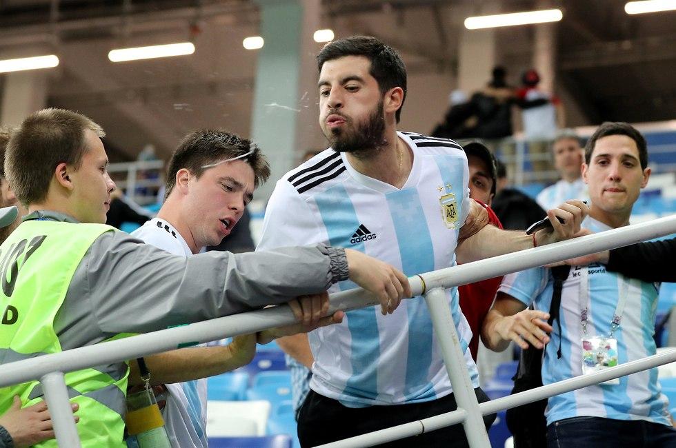 אוהד נבחרת ארגנטינה יורק בעצבים (צילום: רויטרס)