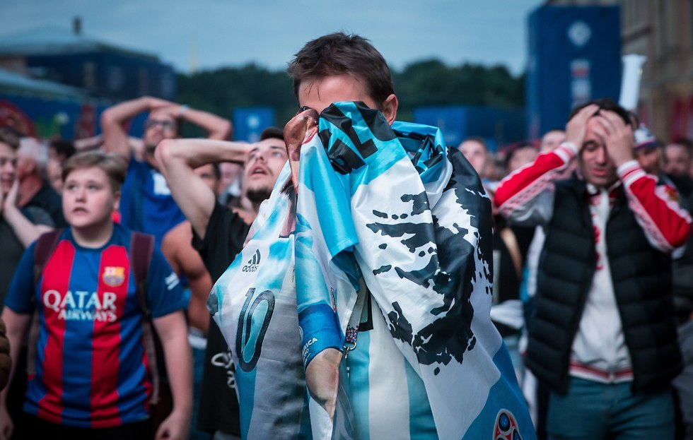 אוהד נבחרת ארגנטינה בוכה (צילום: עוז מועלם)