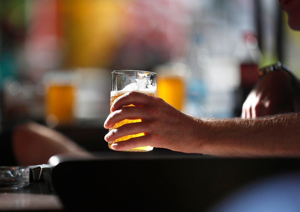 אוהד אנגלי עם כוס בירה היד (צילום: EPA)