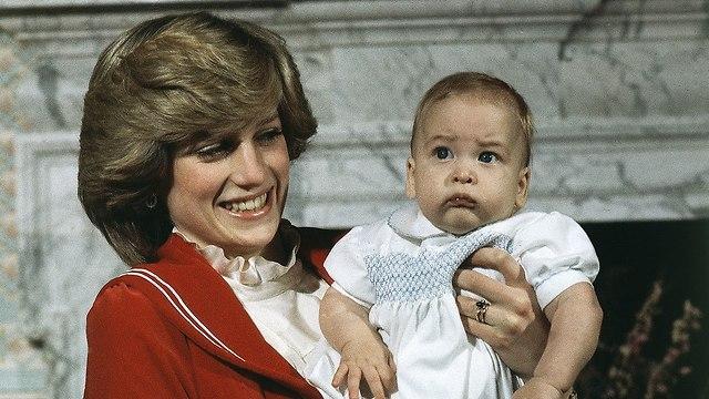 הנסיך וויליאם בן 6 חודשים עם אמו הנסיכה דיאנה ב 1982 (צילום: AP)
