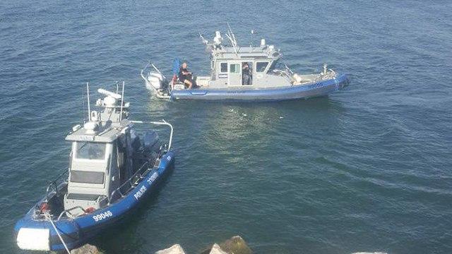 גבר כבן 38 טבע לאחר שככל הנראה נפל מסלע למי הכנרת, בחוף רון בטבריה (צילום: דוברות המשטרה)