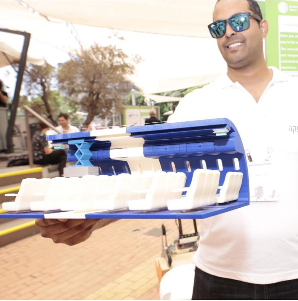 Гай Гиат с макетом системы AirCart. Фото: Асаф Гаам Ха-Коэн