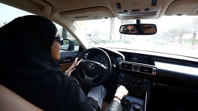 אשה נוהגת בסעודיה (צילום: רויטרס)
