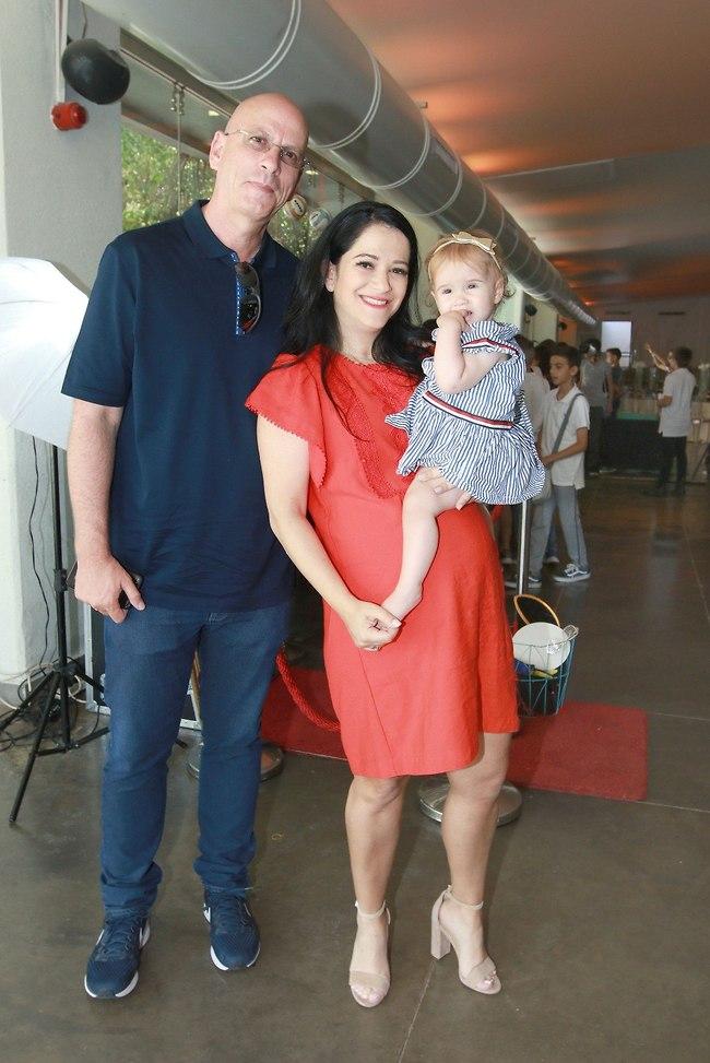 עוד תינוק בקרוב. מיכל מוכתר, בעלה אריק והילדה אגם (צילום: ענת מוסברג)