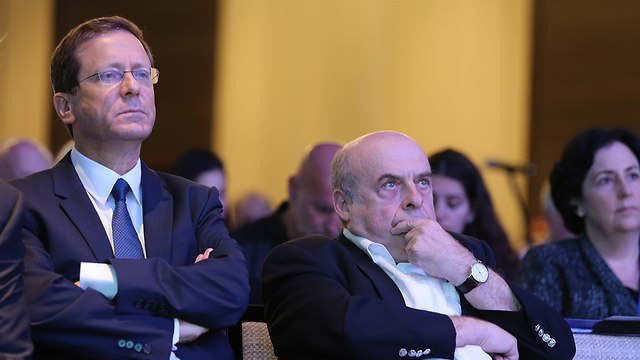 Incoming Jewish Agency's Chairman Isaac Herzog (L) and outgoing Chairman Natan Sharansky   (Photo: Amit Shabi)