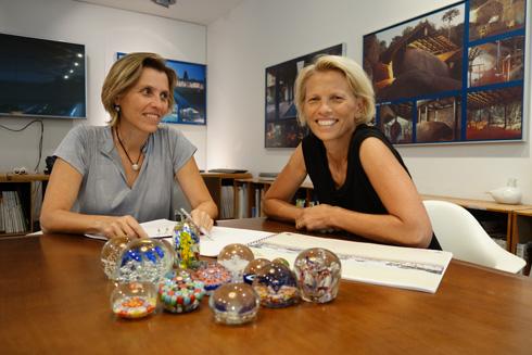"""האדריכליות דניאלה ומיה פלסנר. """"התכנון שלהן חכם, הן הציעו נראות ברמה בינלאומית""""  (צילום: מיכאל יעקובסון)"""