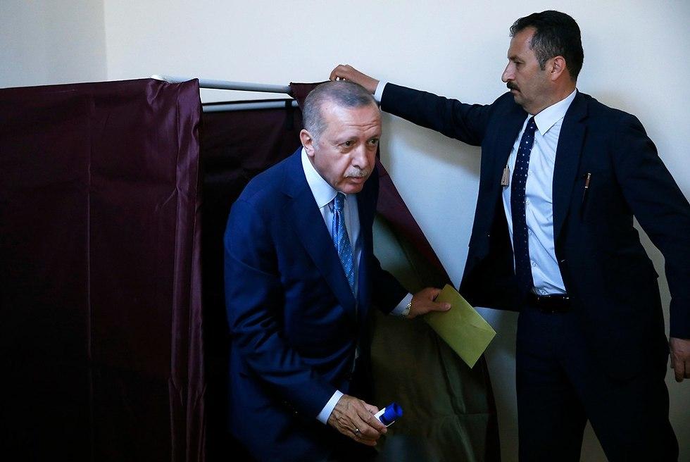 נשיא טורקיה מצביע בקלפי באיסטנבול (צילום: AP)