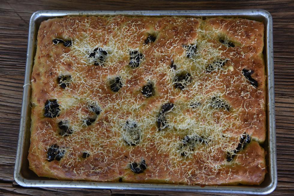 ארז קומרובסקי אופה לחם טורקי (צילום: אביהו שפירא)