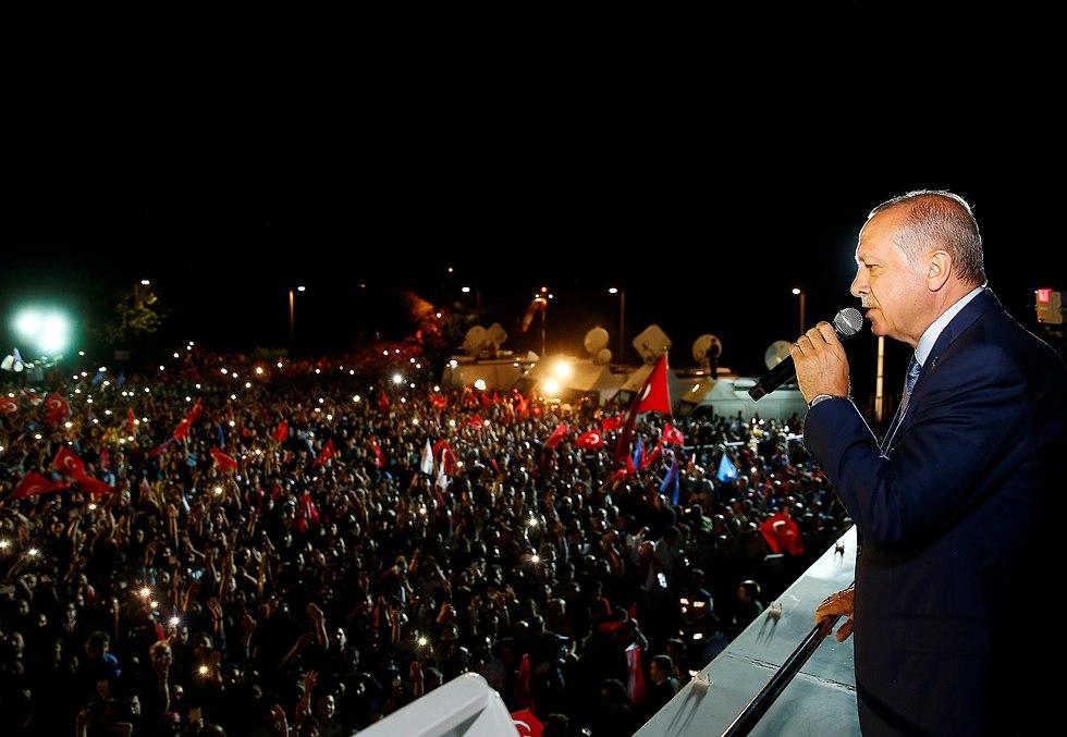 ארדואן נואם מול תומכיו באיסטנבול לאחר ניצחונו בבחירות (צילום: רויטרס)