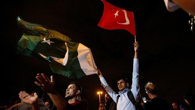תומכי של ארדואן באיסטנבול חוגגים את ניצחונו בבחירות (צילום: רויטרס)