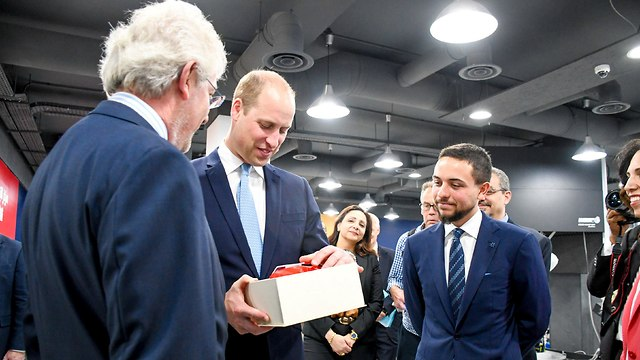 הנסיך וויליאם ויורש העצר הירדני מבקרים במעבדה טכנולוגית (צילום: רויטרס)