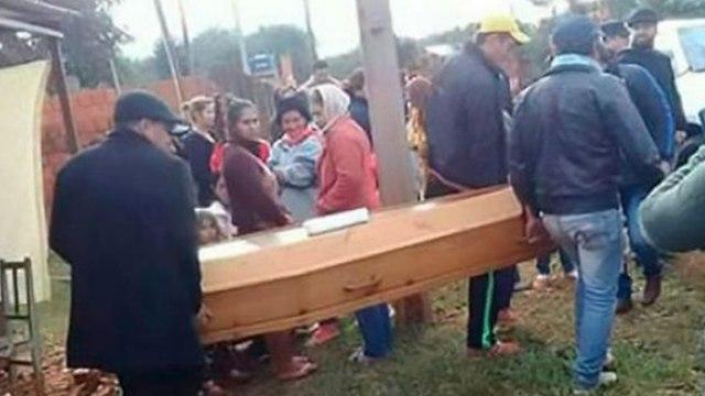 צעיר התייצב להלוויתו בפרגוואי ()