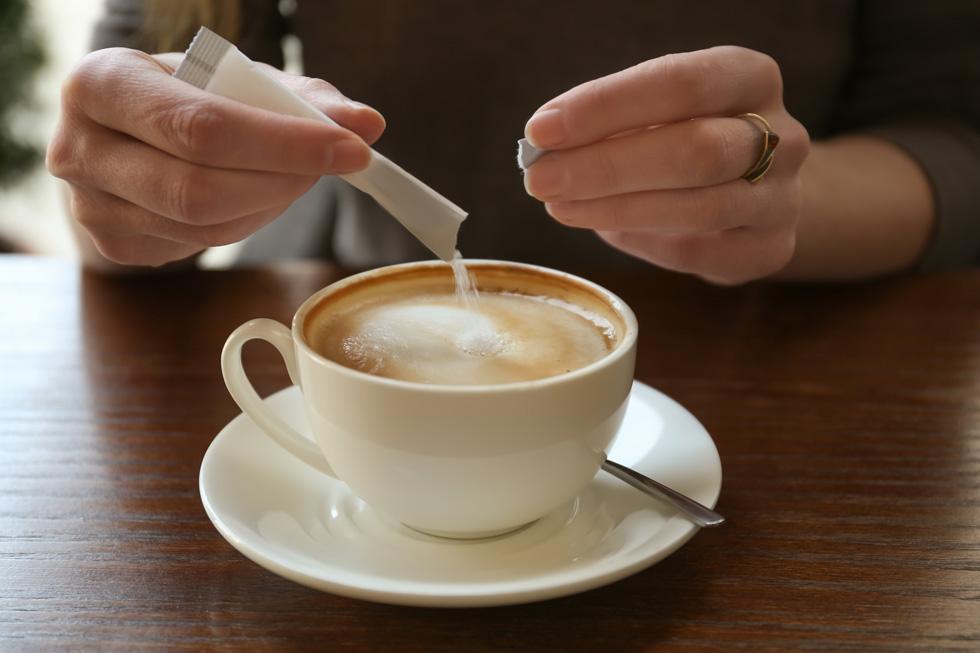 שתי כפיות סוכר כפול שלוש פעמים ביום, ועוד לא התלנו עם הלקטוז (צילום: Shutterstock)