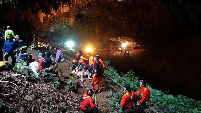 קבוצת כדורגל לכודה ב מערה טאם לואנג נאנג נון תאילנד (צילום: EPA)