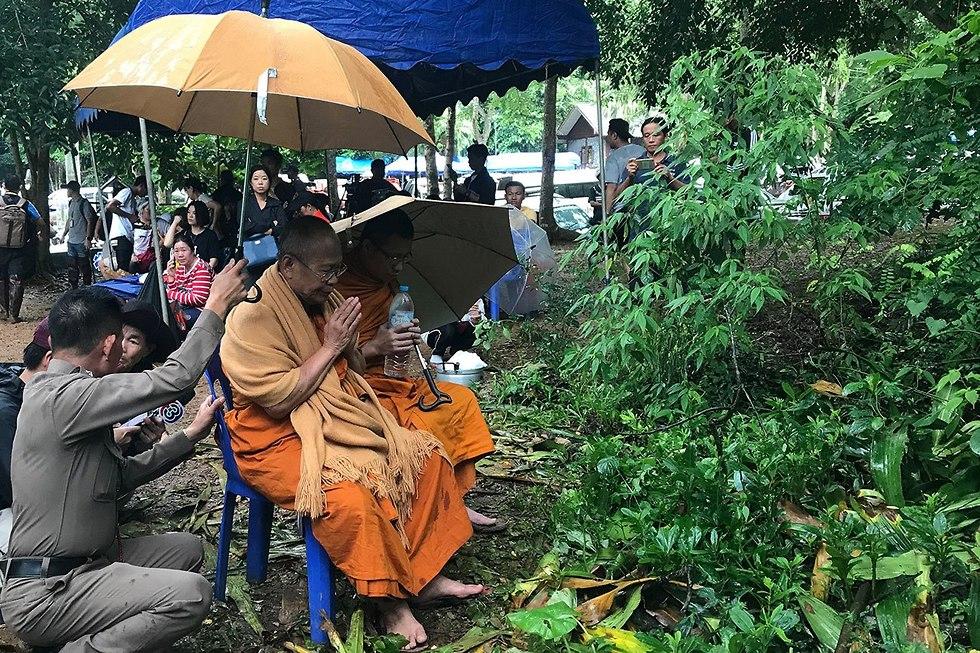 קבוצת כדורגל לכודה ב מערה טאם לואנג נאנג נון תאילנד (צילום: רויטרס)