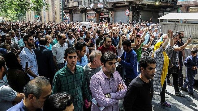 מפגינים בבזאר הגדול של טהרן מחאות נגד המשטר ב איראן (צילום: AP)