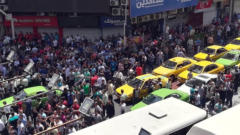 מפגינים על המצב הכלכלי ב איראן טהרן ליד הבזאר הגדול (צילום: EPA)