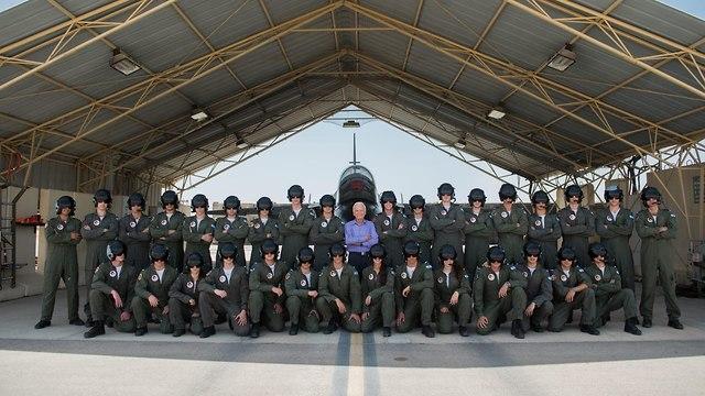תמונת המפגש בין דני שפירא למסיימי קורס טיס 176 (צילום: דובר צה