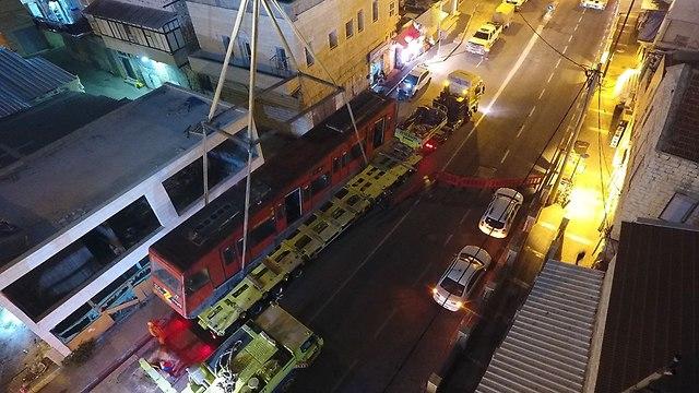 פינוי קרונות הכרמלית הישנה  (צילום: ראובן כהן, דוברות עיריית חיפה)