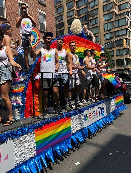 משאית כחול לבן וצבעי הגאווה (צילום: ברק קריפס)