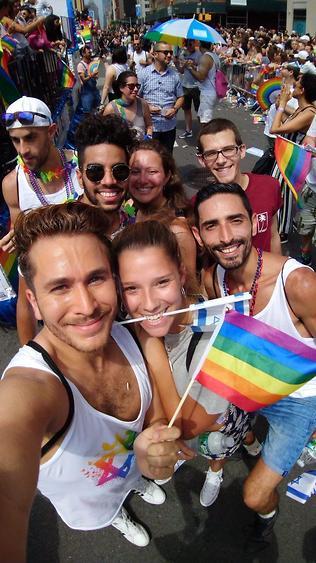 מחזיקים בגאווה בדגל ישראל ובדגל הקהילה הגאה (צילום: ברק קריפס)