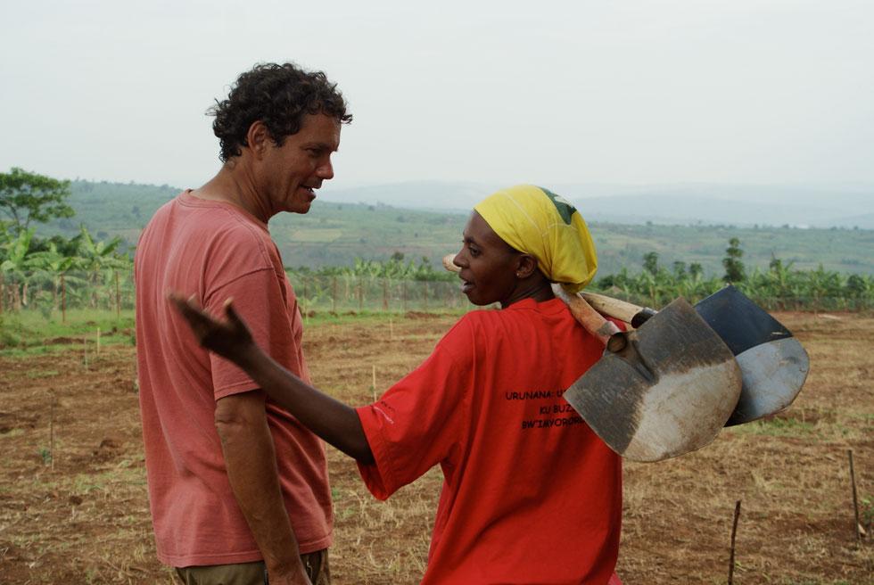 """להב ברואנדה. """"למדנו את היכולת להסתפק במועט ולחזור לדברים הבסיסיים של החיים. למדנו להעריך מים זורמים, חשמל רציף, מים חמים"""""""