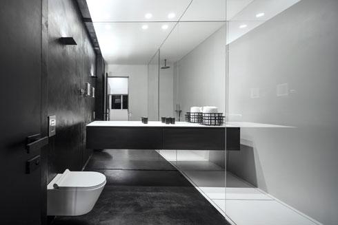 חדר הרחצה של בעל הדירה. קומפוזיציות של משטחים בשחור לבן ומחיצות זכוכית (צילום: עמית גרון)