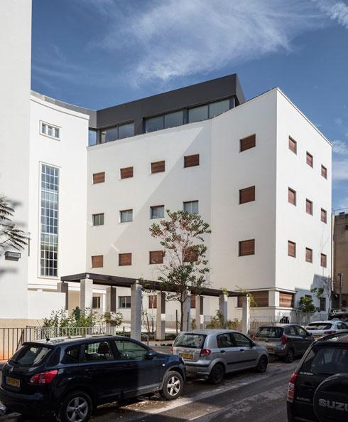 הבניין לאחר הסבתו ממרפאות למגורים. צמח לו פנטהאוז (צילום: עמית גרון)