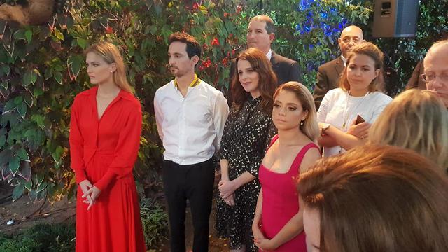 אורחים בבית השגריר מחכים לבואו של הנסיך וויליאם ()