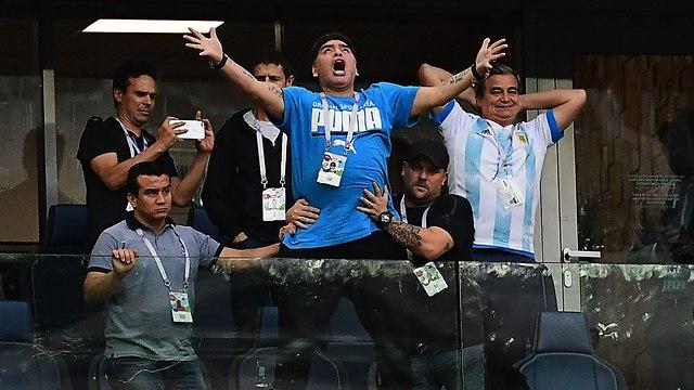 Диего Марадона празднует победу Аргентины. Фото: AFP