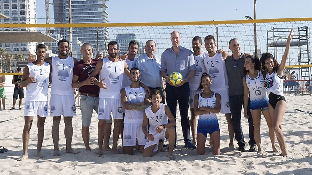 Prince William with beach volleyball players at Frishman beach (Photo: GettyImages)
