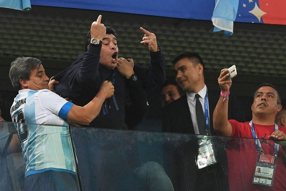 מראדונה חוגג (צילום: AFP)