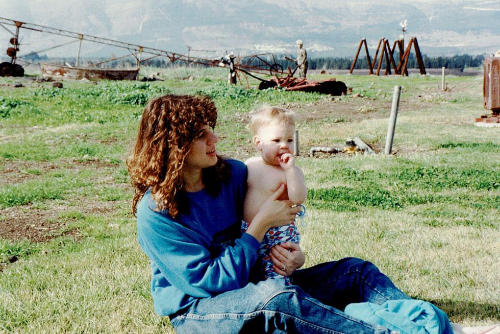 """עם בתה רוני, 1989. """"הלידה הייתה ארוכה וקשה מאוד. חוויתי תחושה של אובדן שליטה על הגוף שלי וכאב שלא תאם את הבשלות הנפשית שלי"""" (צילום: אלבום פרטי)"""