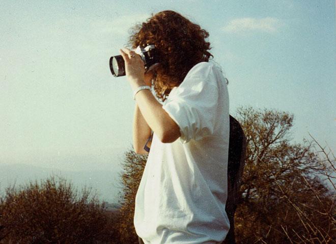 """בגיל 16, עם המצלמה. """"חלמתי על קריירה של צלמת"""" (צילום: אלבום פרטי)"""