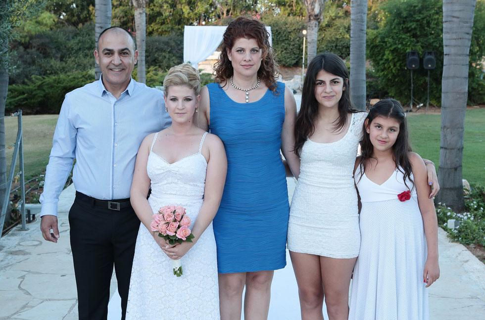 """2013: משפחת דרור - מיה, בעלה יוני והבנות אריאל וצוף - מלווה את הבת הבכורה, רוני, לחופה. """"הרגשתי בת בלי גיל"""" (צילום: עודד קרני)"""