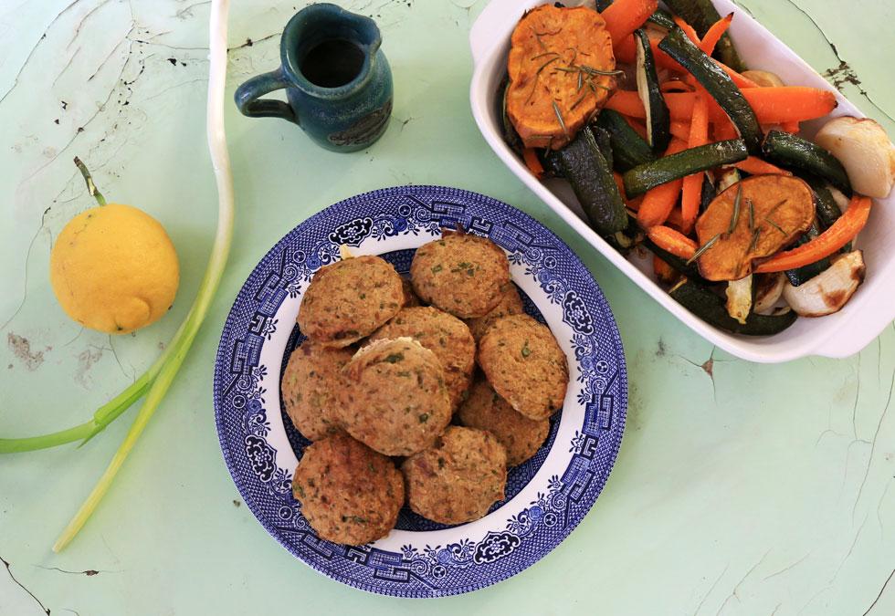 קציצות טונה - טעים עם ירקות צלויים (צילום: עודד חוברה)