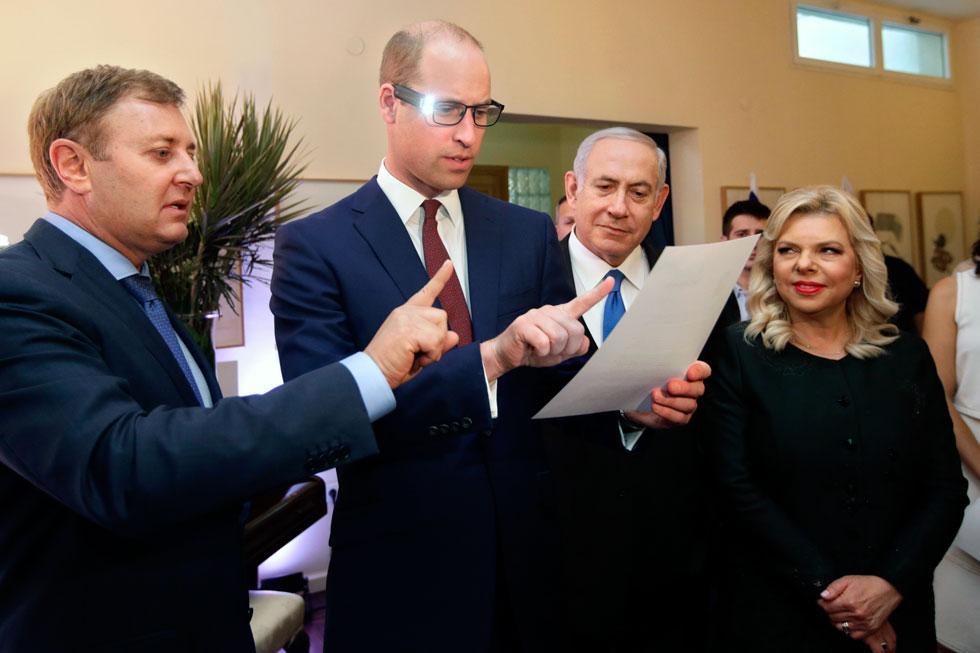 במפגש בבית השגריר הבריטי: שרה נתניהו בשמלה שחורה ומעיל קליל מבד בעל ברק עדין, בעיצובה של בלה פוליקובה (צילום: AP)