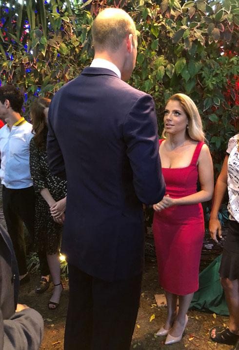 הלכה על הגרסה הסקסית והפליאה בשמלה ללא שרוולים עם מחשוף מרובע של אנטוניו בררדי מבוטיק מאדאם דה פומפדור. שירי מימון עם הנסיך וויליאם