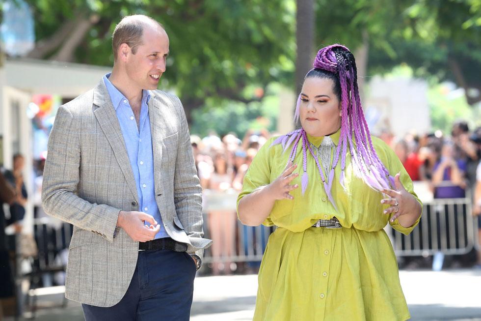 בשמלה ירוקה וצמות סגולות. נטע ברזילי פוגשת את הנסיך וויליאם (צילום: Chris Jackson/GettyimagesIL)