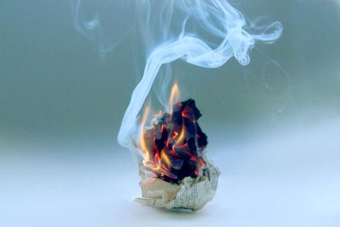 קחו את הדפים שעליהם כתבתם ושרפו אותם (צילום: Shutterstock)