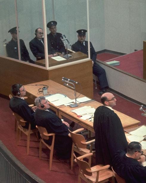 """אולם משפטו של אייכמן, שלתכנונו הייתה דה שליט שותפה (צילום: ג'ון מילי, לע""""מ)"""