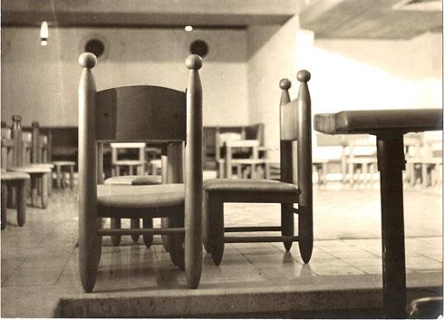 כיסאות שעיצבה למלון הסלע האדום באילת, 1973 (אוסף גולדרייך–דה-שליט, ארכיון אדריכלות ישראל)
