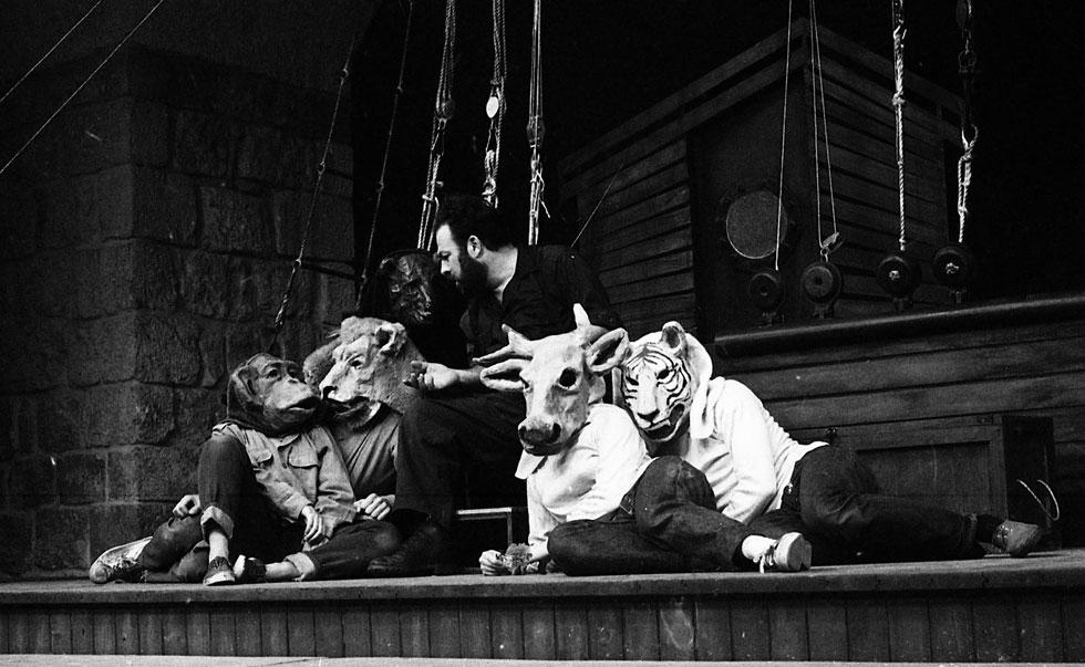 """עיצוב במה ותלבושות שעשה גולדרייך להצגה """"נח"""", תיאטרון המעגל, ירושלים 1968  (צילום: יעקב אגור; המרכז הישראלי לתיעוד אמנויות הבמה, אוניברסיטת תל-אביב)"""