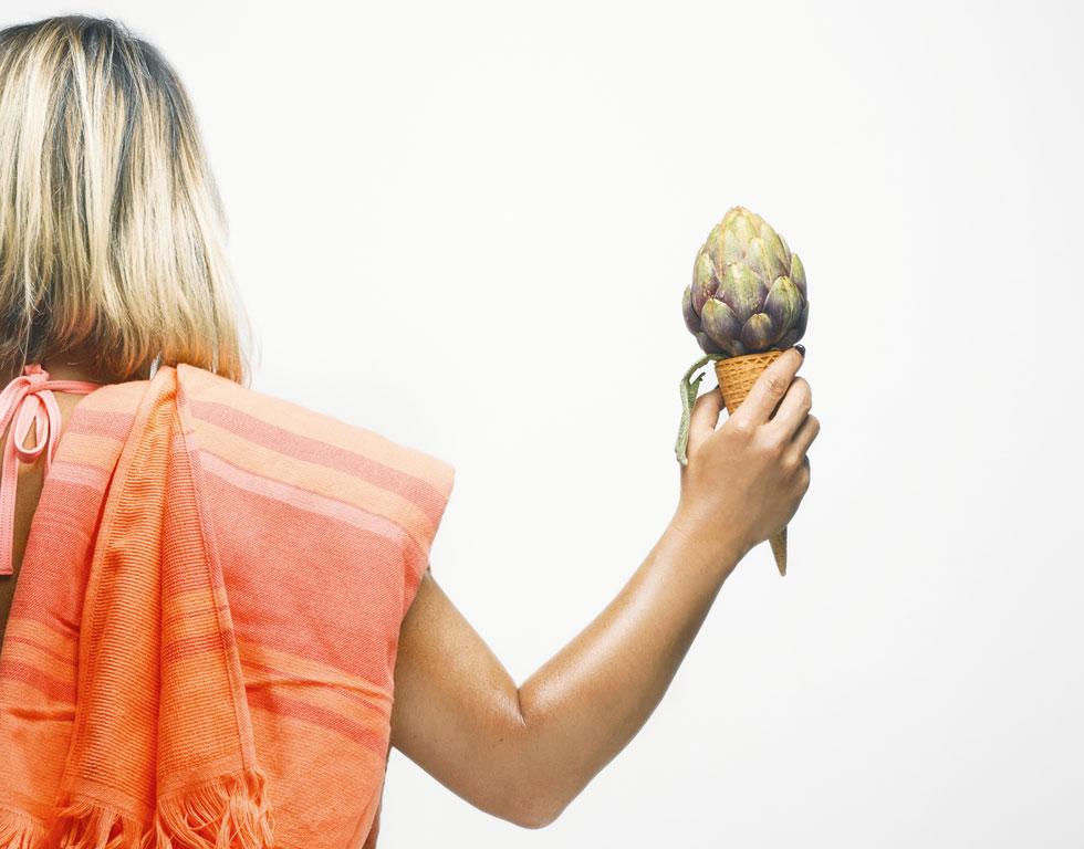 תפריט הקיץ צריך לכלול מזונות שנחשבים קלים לעיכול ובעלי איכות לחה, קרה ונוזלית. מיצי ירקות, סלטים ותבשילים צמחוניים יעשו את העבודה מצוין (צילום: בן יוסטר, סגנון: דיאנה לינדר)
