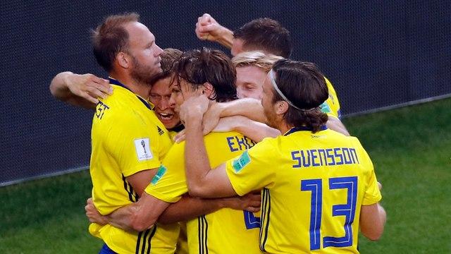 Шведские футболисты празднуют победу. Фото: AP