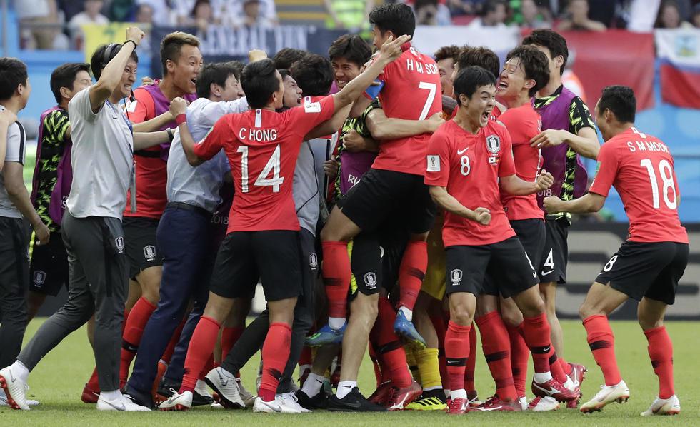 נבחרת דרום קוריאה חוגגת (צילום: AP)