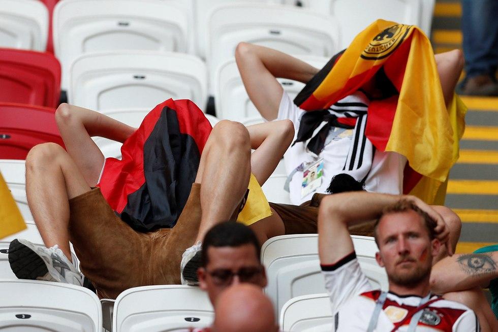 אוהדי נבחרת גרמניה לא רוצים להסתכל (צילום: רויטרס)