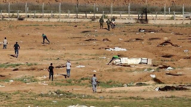 תפיסת הפלסטיני שניסע לחצות את הגדר ()